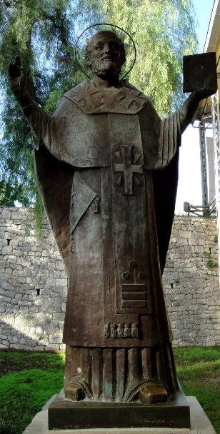 Памятник Св. Николаю рядом с храмом в Демре