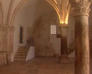 Здание, в кото-ром предание указывает Сион-скую горницу, расположено на вершине горы Сион, вне стен Старого города, недалеко от Сионских ворот. За прошедшие века оно раз-рушалось и пере-страивалось. Ны-нешнее поме-щение Сионской горницы возве-дено крестонос-цами, это второй этаж здания, на первом этаже сегодня находится гробница (кенотаф) царя Давида и синагога. Сама Сионская горница сегодня не принадлежит ни одной из церквей и находится в ведении израильского правительства, вход для всех посетителей свободный и бесплатный. Иерусалим. Израиль.
